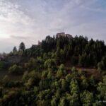 Salendo verso il Castello, in volo dalla frazione Campo